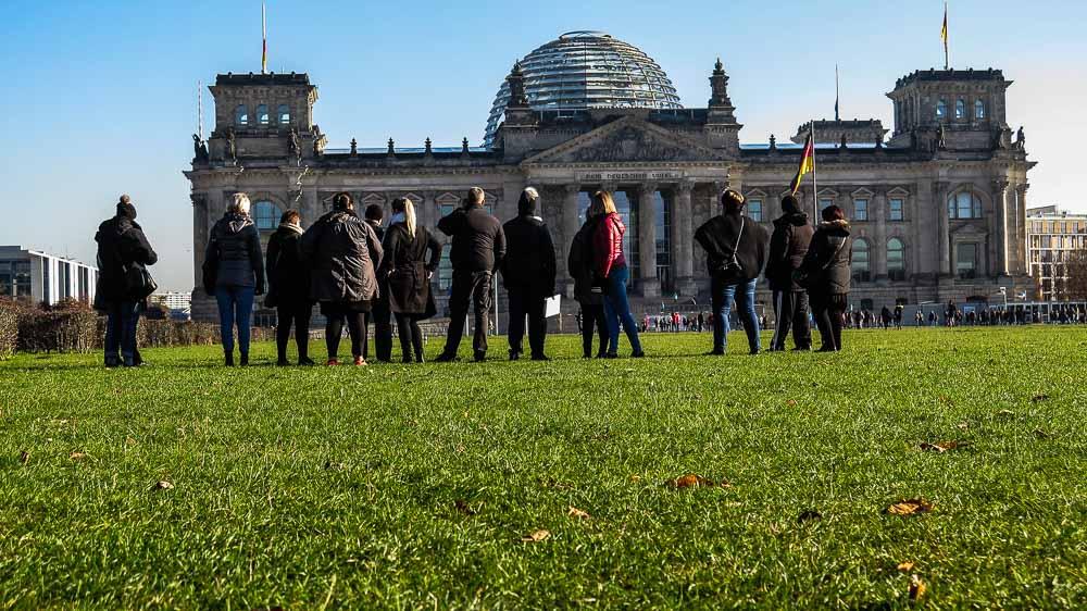 Touristen am Reichstag Berlin