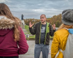 tour guide berlin at soviet war memorial