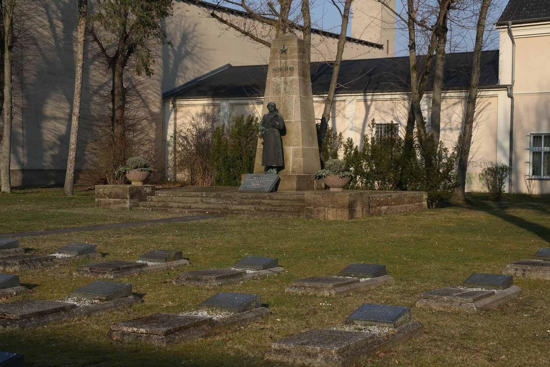 Gräber auf dem Sowjetischen Ehrenfriedhof in Kyritz_