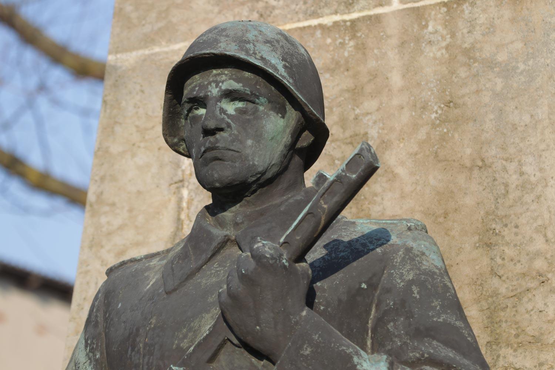 Rotarmist am Sowjetischen Ehrenfriedhof in Kyritz_