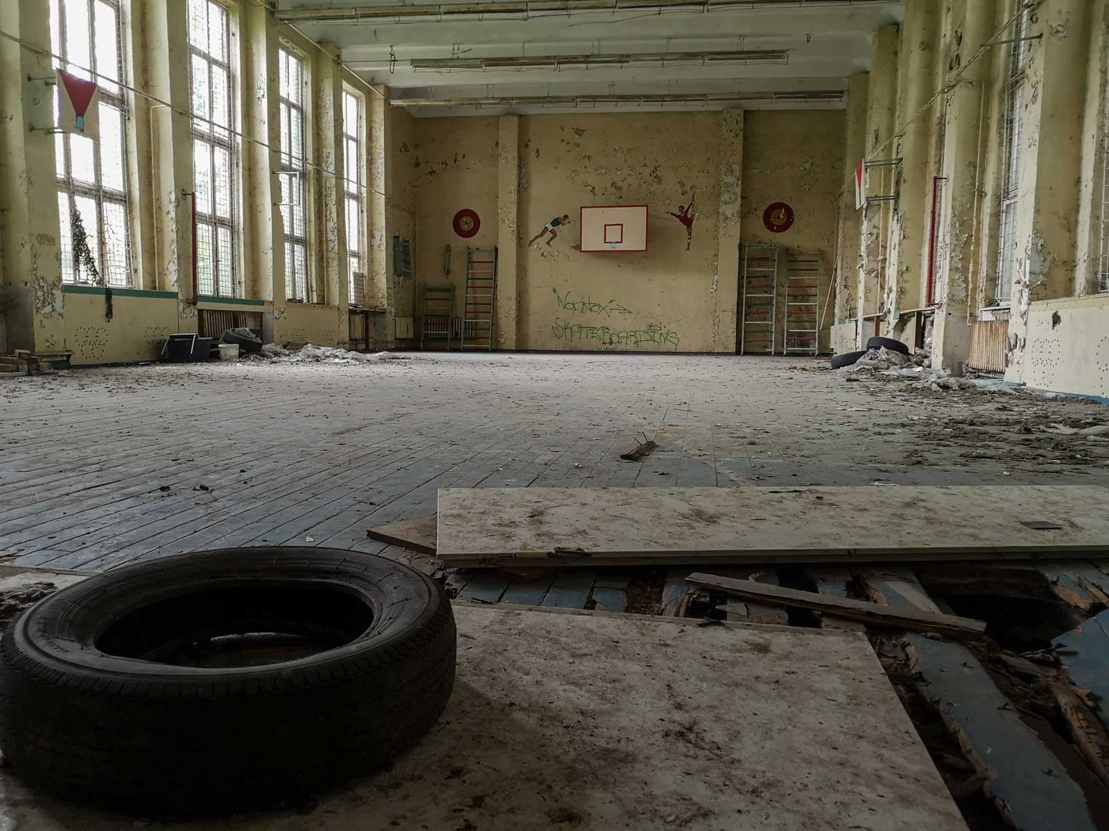 Sporthalle verlassene sowjetische Schule
