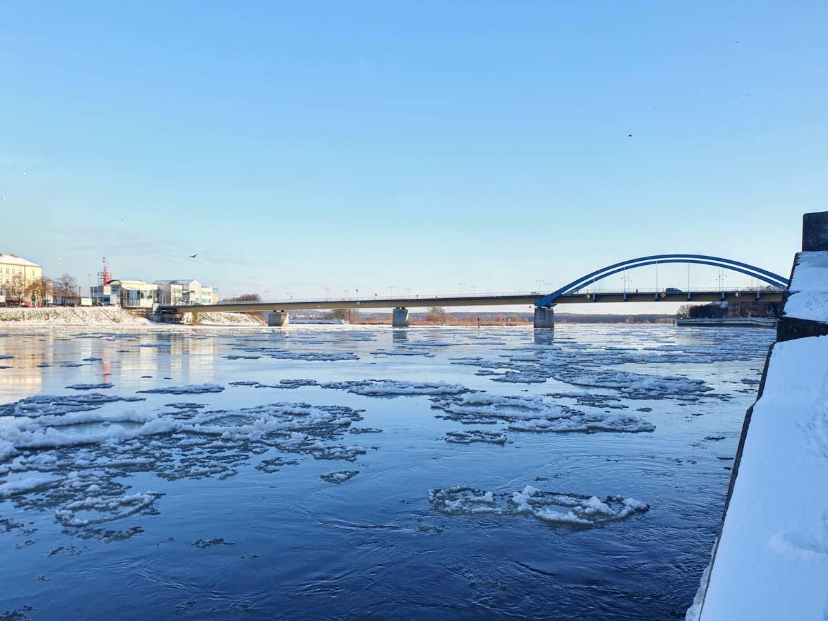 Die Oder mit der Europabrücke zwischen Frankfurt Oder und Slubice